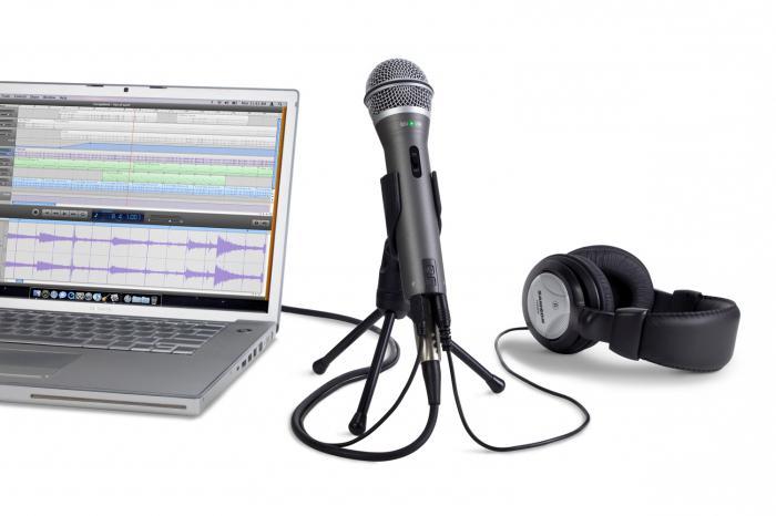 Подключите караоке-микрофон к компьютеру.